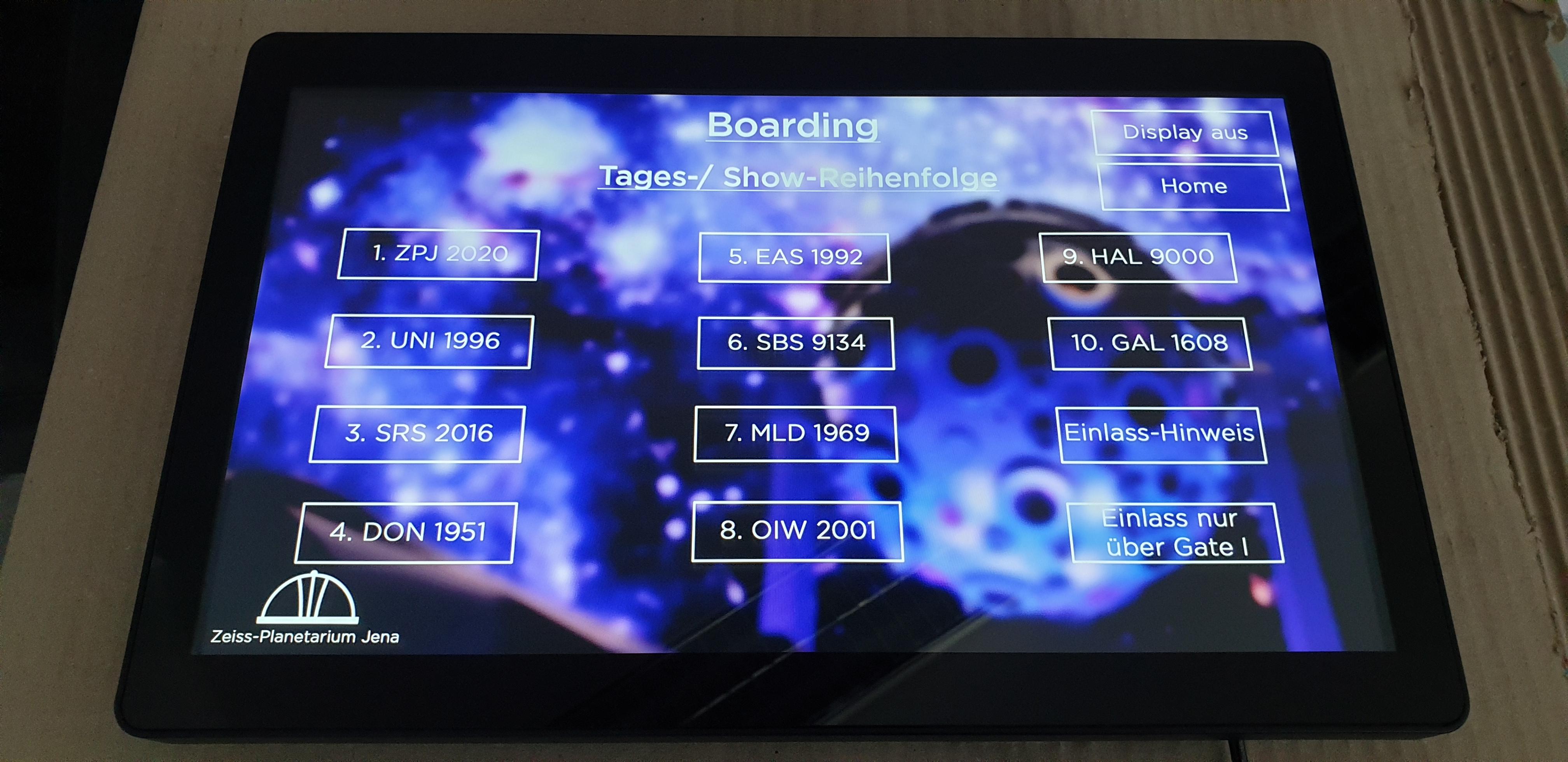 bluefin BrightSign Touchdisplay kündigt den Beginn, Ende und eventuelle Verspätungen der kommenden Shows an. Wurde von PROMEDIATEC installiert.