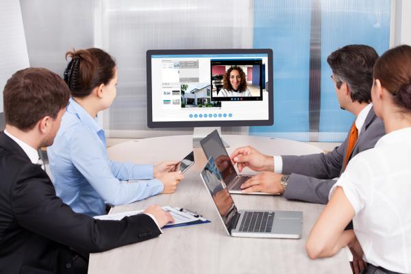 Mit der interaktiven Benutzeroberfläche der smartPerform Collaboration App kann Präsentationsmaterial, Whiteboard, Mediendateien und Live-Quellen erschlossen werden.