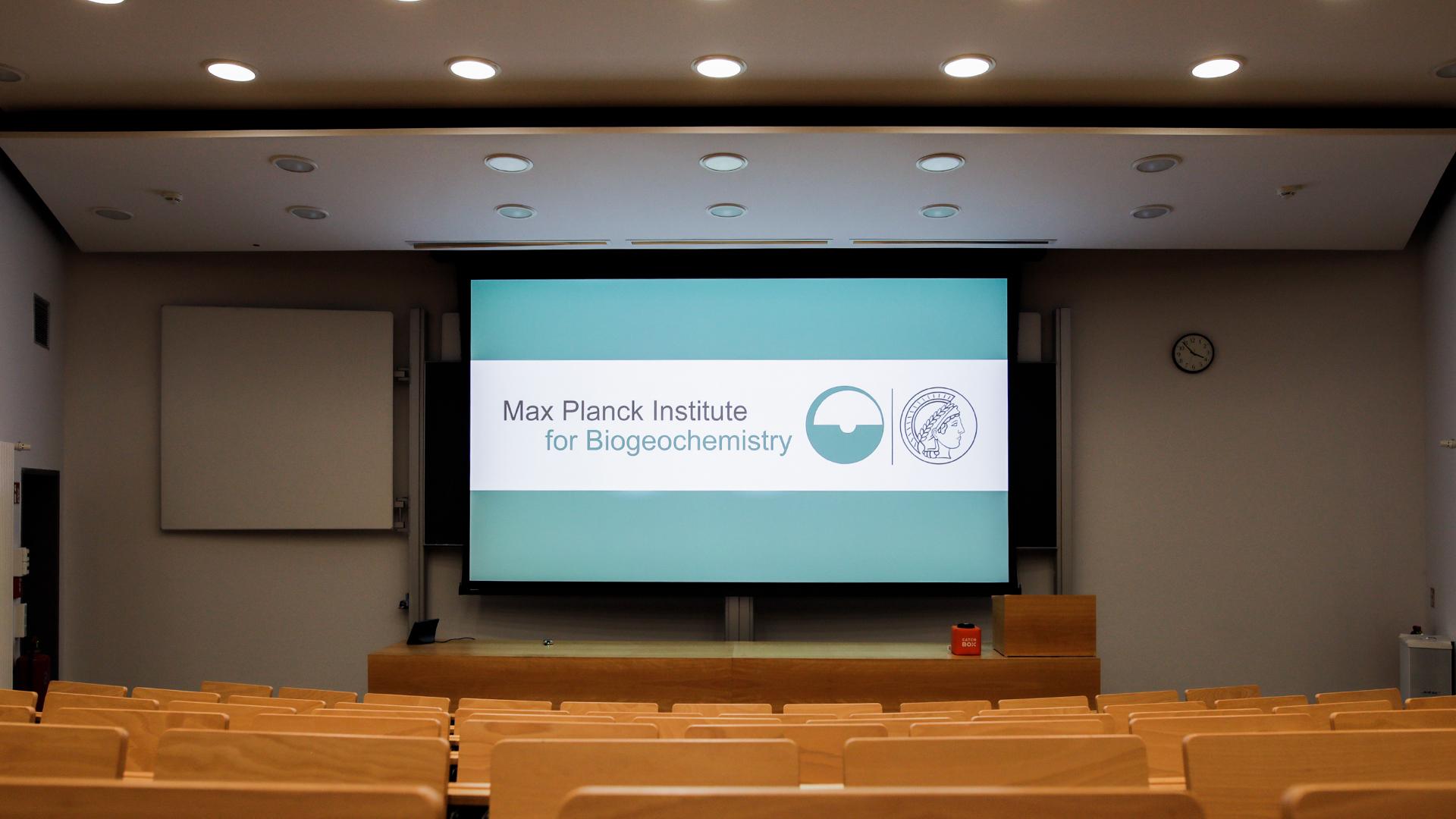 Große Leinwand im Hörsaal in Max-Planck Institut für Biogeochemie in Jena